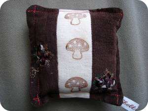 sweet-little-pin-cushion-brownorange-mini-other-side